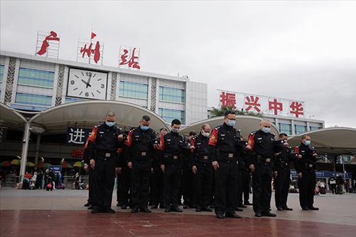 4月4日早上10时许,广州火车站站前广场,广州火车站派出所警员进行哀悼仪式 人民视觉