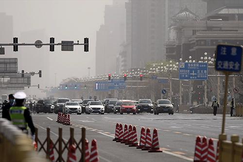 4月4日上午10时整,北京防空警报长鸣三分钟,在长安街行驶的汽车停车、鸣笛 人民视觉