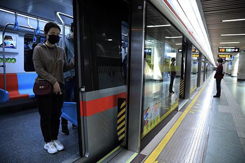 4月4日上午10点,上海地铁列车停靠站台3分钟并鸣笛,乘客肃立默哀 人民视觉