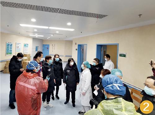 59-1 2 月10 日10 时43 分,医疗队在改造中的病房实地考察,为当晚收治病人做准备。