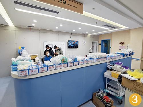 59-2 2 月10 日16 时42 分,各类医疗用品一字排开,摆在护士台上。6 个小时后,这里将成为污染区。