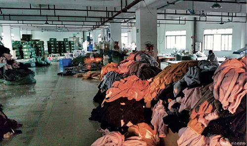 19 广东某外贸服装供应商工厂里积压着大批可直接出口的成品服装