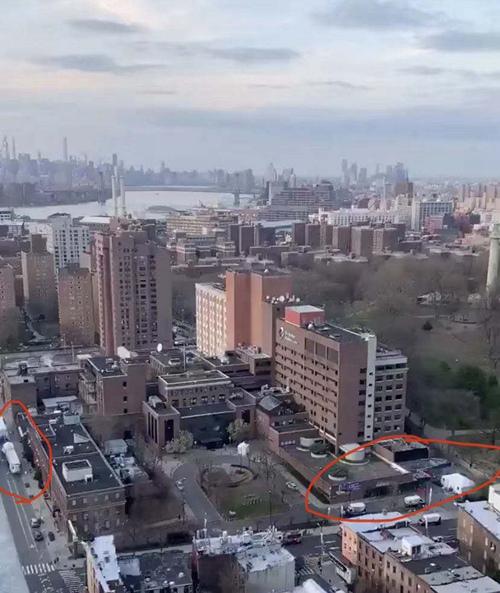住在高層并朝北向的鄰居,可以看到醫院全貌,白色帳篷是病毒檢測的地方,冷藏式卡車臨時停尸房由1輛增加到2輛(楊競博供圖)