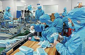 34. 2020 年4 月2 日,湖南省邵阳市医疗器械公司员工在无菌车间生产医用囗罩。