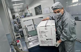 55 2020 年3 月13 日,工作人员正在将打包好的连花清瘟颗粒搬下生产线。