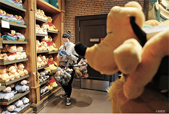 82-3 游客在迪士尼世界商店购物