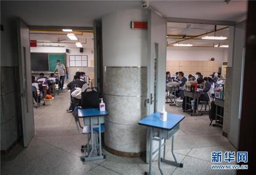 5月6日,武漢市第六中學的高三11班分為AB兩班上課。開學前,所有校園均開展了衛生清潔和預防性消殺工作,所有學生返校前須進行健康檢測。新華社記者 肖藝九 攝
