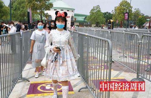 戴米妮头饰入园的游客 摄影:中国经济周刊记者 王雨菲
