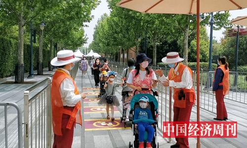 很多家长带着小朋友入园 摄影:中国经济周刊记者 王雨菲