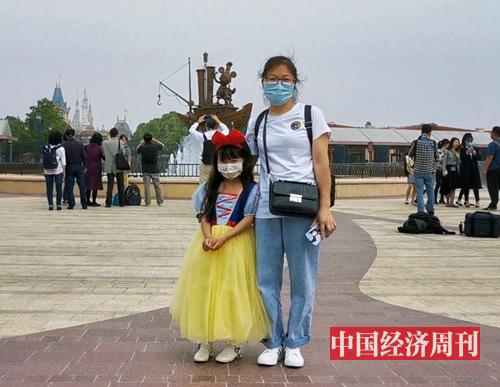 一位小姑娘把自己打扮成白雪公主入园游玩 摄影:中国经济周刊记者 王雨菲