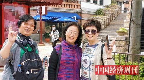正在乐园中相互拍照的老年游客 摄影:中国经济周刊记者 王雨菲