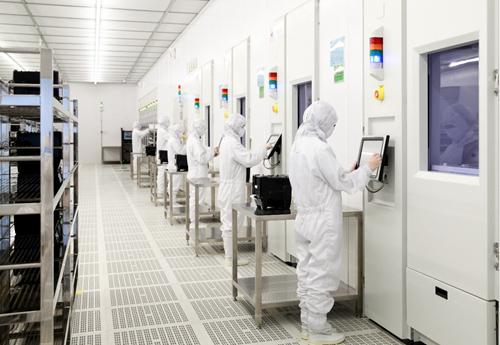 湖南一IGBT芯片生产线工作人员正在生产调试(湖南省工信厅 供图)