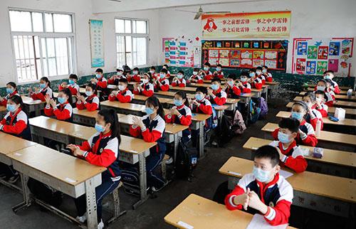 32-1 河南省宝丰县102所小学五、六年级开学复课。学生们的座位之间都保持一米以上的安全距离。