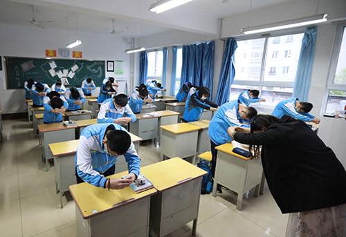 33-1 山东日照市金海岸中学初三年级学生开学复课,师生见面行作揖礼,目的是让师生保持一定安全距离。