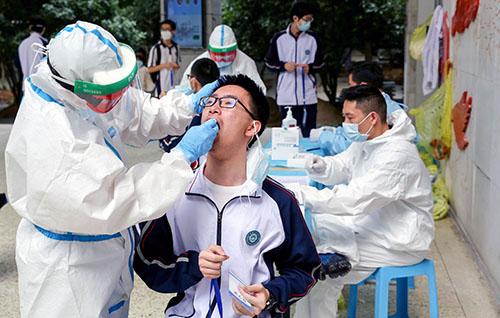 33-2 湖北省武昌实验中学组织该校584名高三学生进行核酸和血清抗体检测,迎接即将到来的复学复课。