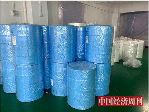 p70-1 从服装转行生产口罩的某企业内的熔喷布《中国经济周刊》记者 李永华I摄