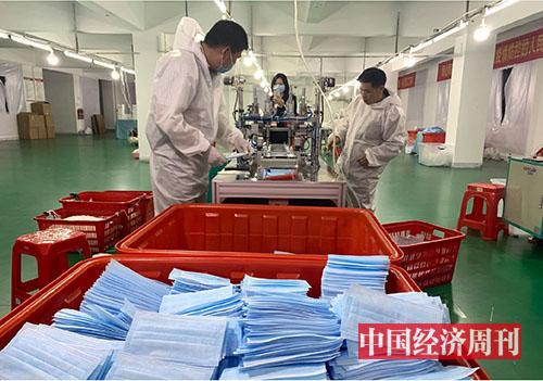 p70-2 从服装转行生产口罩的某企业 《中国经济周刊》记者 李永华I摄