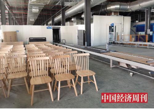 p93-3 团团圆生产线上的实木椅 《中国经济周刊》记者李永华摄