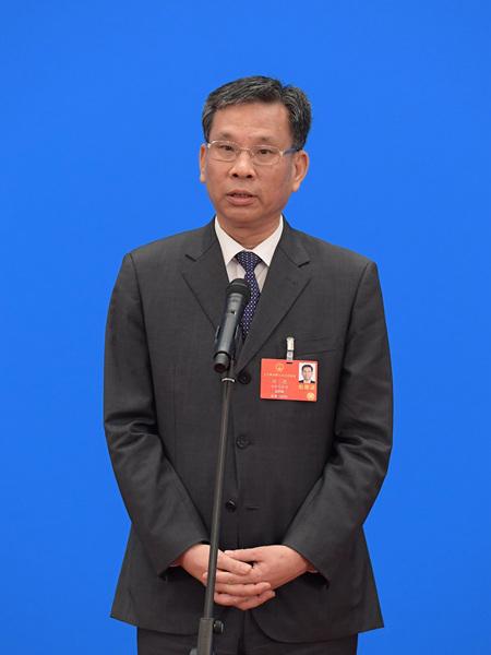 财政部部长刘昆通过网络视频方式接受采访。新华社记者 李贺 摄