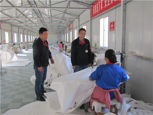 2  郭松涛(中)在车间与工人交谈
