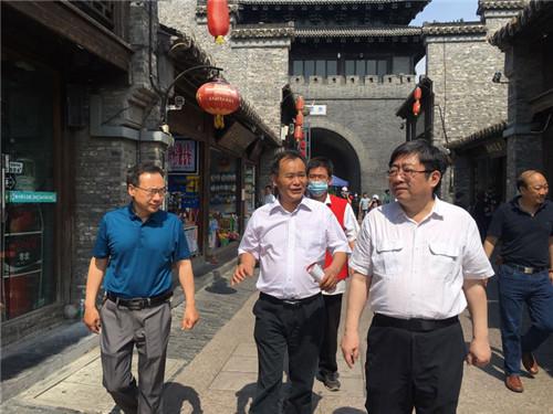 3、广陵红会常务副会长沈小亮(中)陪同省领导调研 (潘扬 摄)