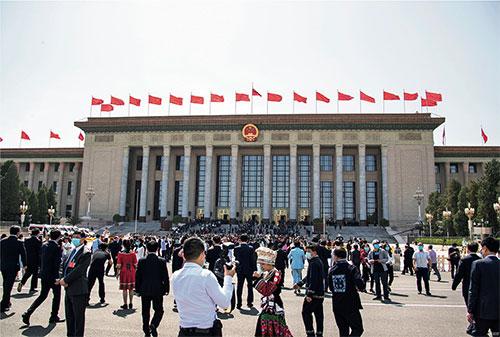 p36 2020 年5 月22—28 日,第十三屆全國人民代表大會第三次會議在北京隆重召開。圖為參會人員步入人民大會堂。