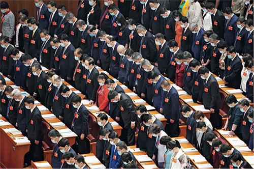 p36 5 月22 日,第十三屆全國人民代表大會第三次會議的全體與會人員向新冠肺炎疫情犧牲烈士和逝世同胞默哀。