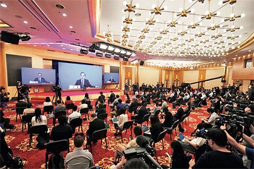p40-25月24日,在人民大會堂的視頻記者會上,國務委員兼外交部部長王毅就中國外交政策和對外關系回答中外記者提問。