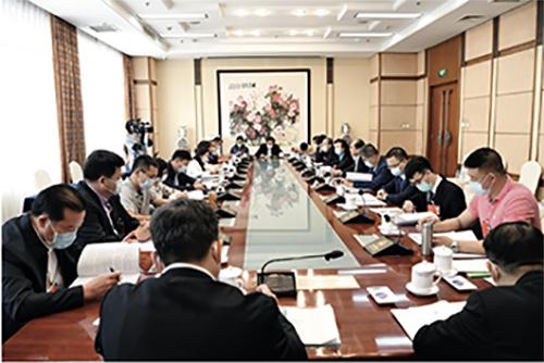p41-3 廣東代表團舉行小組會議,審議政府工作報告、審查計劃報告和預算報告。