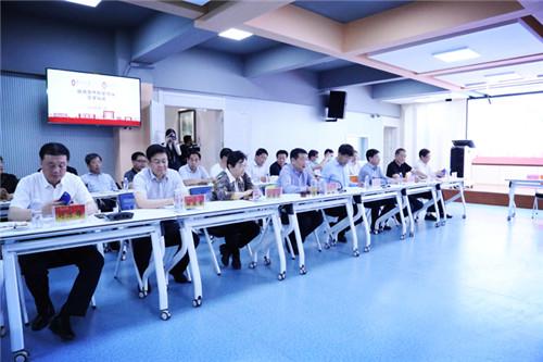 隴東學院班子成員在協議簽署現場
