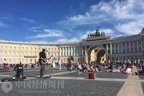 冬宫广场上听歌手唱歌的人们