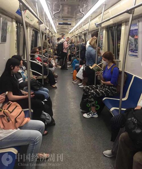 即便在地铁里,戴口罩的比例也不是很高