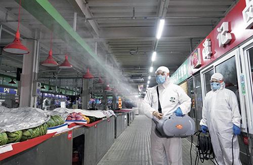 45-2 面對疫情防控新形勢,北京市各區對農產品市場和餐飲食堂等重點環節,組織開展全面排查、環境消殺。