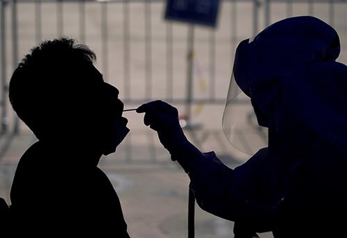 44 2020 年6 月21 日,北京石景山區國際雕塑公園核酸檢測采樣點,醫護人員身穿防護服正在進行采樣工作。