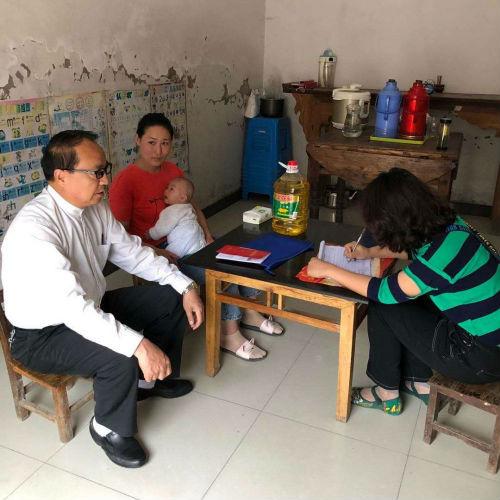 霍邱县城关镇五里墩村第一书记、扶贫工作队队长夏书阔走访贫困户。