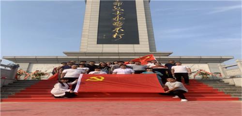 希夷社区党委书记程林,带领社区党员干部、志愿者去皖北烈士陵园开展爱国主题教育活动。