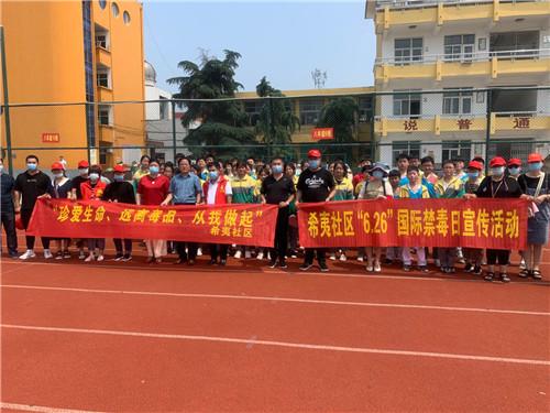 希夷社区党委书记程林,走进校园进行禁毒宣传。