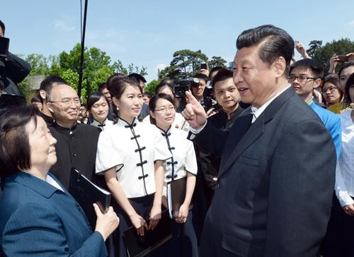 2014年5月4日,習近平在北京大學考察。這是習近平在校園觀看北大師生紀念五四運動95周年青春詩會時同朗誦者親切交談。