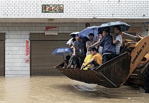 45-2 7月8日,受持续强降雨影响,江西省都昌县大港镇山区山洪爆发,500余名学生被困校园,被铲车转移的被困学生们