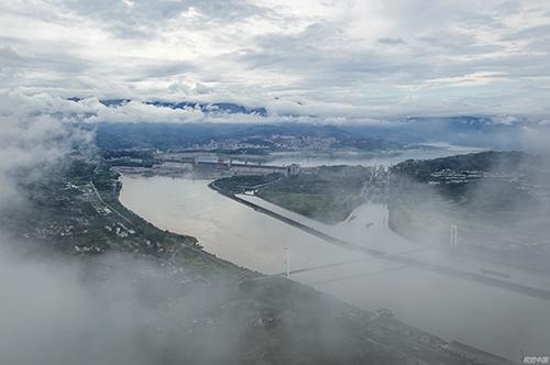 19 2020年6月28日,湖北宜昌,雨后的长江三峡枢纽工程。