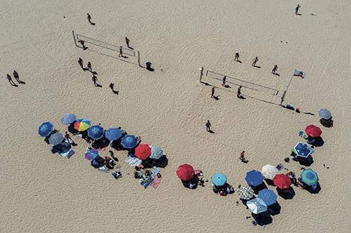 46-2 当地时间2020年7月12日,美国加州,天气炎热,民众在赫莫萨海滩休闲娱乐。