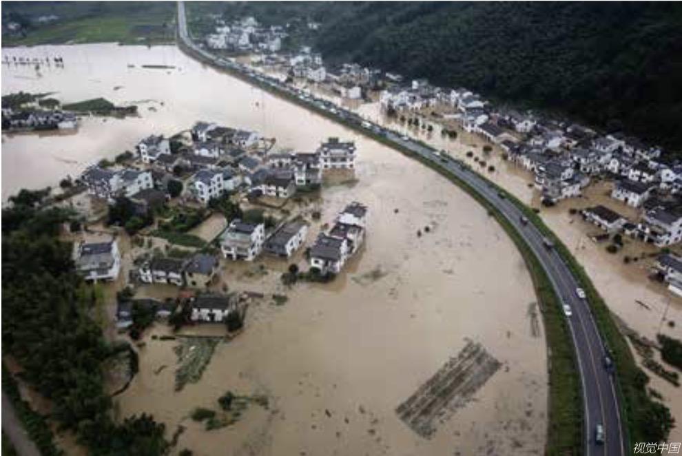 7 月6 日,安徽省黄山市黄山区三口镇白果树村被洪水包围。