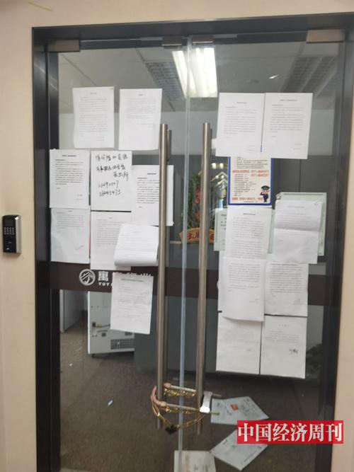 """位于杭州市江干区西子国际C幢2305室的""""巢客""""办公场地早已人去楼空,不少房东在门上粘贴了与""""巢客""""解除合同租房合同的声明。《中国经济周刊》记者 陈一良 摄。"""