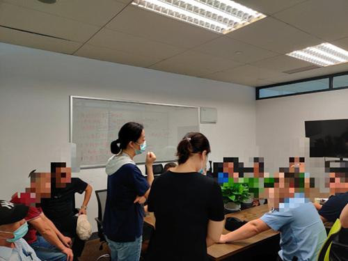 """杭州长租公寓""""暴雷""""受害者与警方在沟通。受访者供图。"""