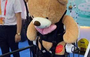 """""""熊孩子""""在服貿會上盯上了康復機器人"""