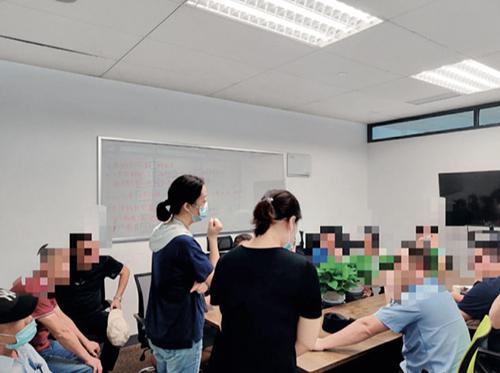 36 杭州长租公寓爆雷的受害者与警方在沟通。