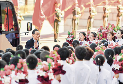 """31-2 """"共和國勛章""""獲得者鐘南山抵達人民大會堂。"""