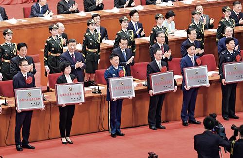 29-2習近平總書記等為受表彰的全國先進基層黨組織代表頒獎。
