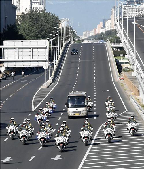 30-1 9月8日上午,國家勛章和國家榮譽稱號獲得者乘坐禮賓車從住地出發,在國賓護衛隊的護衛下,前往