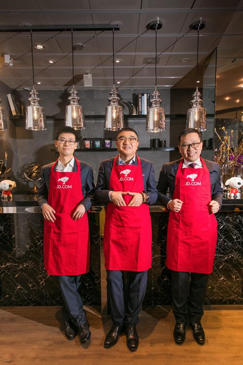 京东零售集团CEO徐雷(中)、京东数科集团CEO陈生强(左)、京东物流集团CEO王振辉的合影(右)